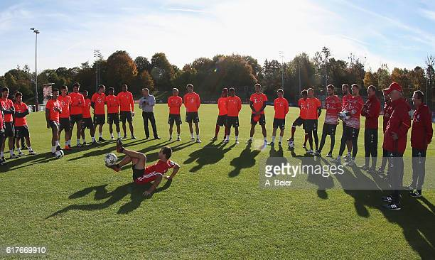 A ball artist performs for the FC Bayern Muenchen players during a training session at the club's Saebener Strasse training ground on October 24 2016...