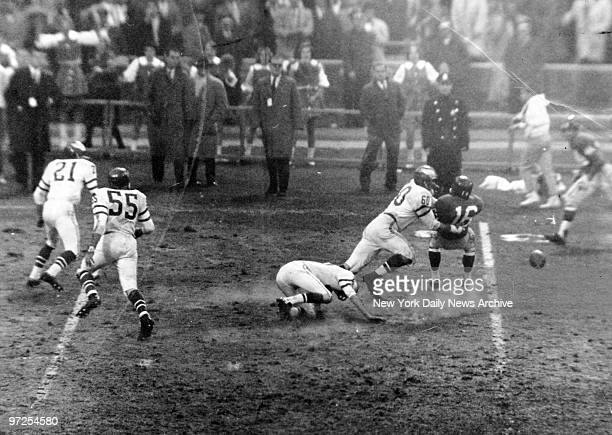Ball bounces free as Philadellphia Eagles' Chuck Bednarik hits New York Giants' Frank Gifford after Gifford caught pass from George Shaw.
