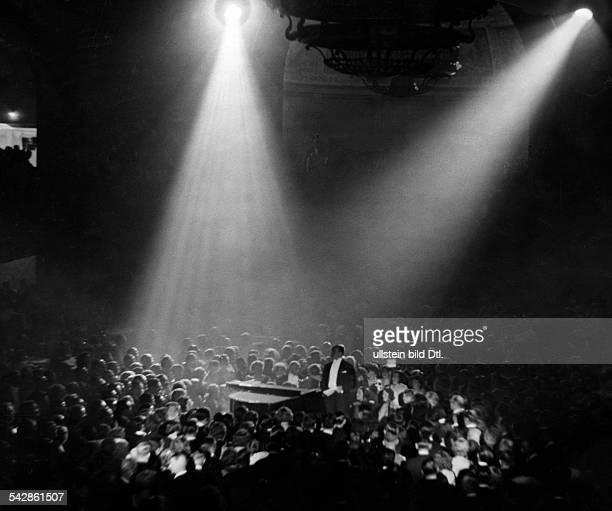 Ball der Filmindustrie im Berliner Zoo: um 1 Uhr morgens tritt der Sänger Paul Heidemann aufveröffentlicht Zeitbilder 43/1930Aufnahme: Curt Ullmann