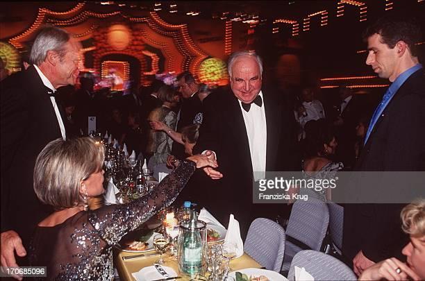 Ball Des Sports 1999 In Wiesbaden: Bundeskanzler Helmut Kohl Begrüsst Schauspielerin Uschi Glas und Ehemann Bernd Tewaag