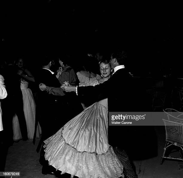 The 'nuit Romantique' By Pontaillac. Royan, septembre 1951 : bal de la 'nuit romantique' sur la plage de Pontaillac : des couples de danseurs en...