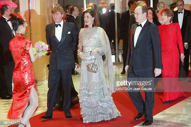 Ball Of The Rose 2004 Le Bal de la rose 2004 au Sporting Club de MONACO arrivée du prince ALBERT aux côtés de sa soeur la princesse CAROLINE en robe...