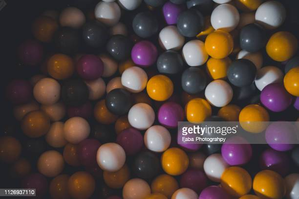 ball pool - plastikmaterial stockfoto's en -beelden