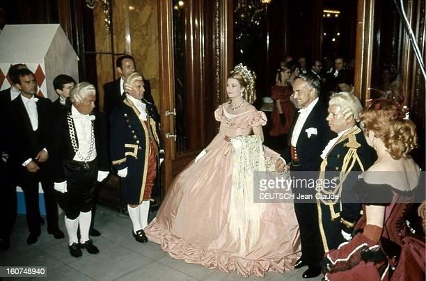 Ball 'second Empire' In Monaco Arrivée de la princesse GRACE portant des bijoux VAN CLEEF ARPELS et de son mari le prince RAINIER costumés au bal...