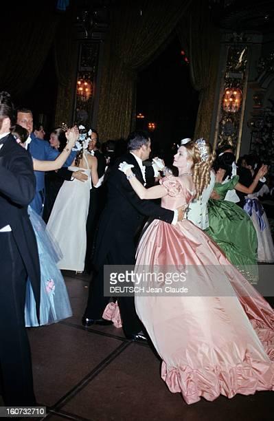 Ball 'second Empire' In Monaco Monaco 28 mai 1966 A l'occasion du bal 'Second Empire' la princesse GRACE portant des bijoux VAN CLEEF ARPELS en robe...