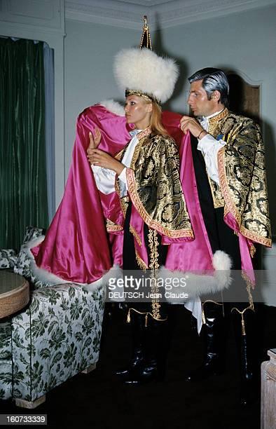 Ball 'second Empire' In Monaco Monaco 28 mai 1966 A l'occasion du bal 'Second Empire' Gunter SACHS costumé en prince russe revêtant sa fiancée Heidi...