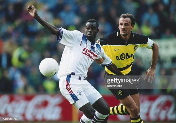Ballduell der Fußballspieler Alex Nyarko und Jürgen Kohler während des Bundesligaspiels Borussia Dortmund Karlsruher SC am 1391997 Nyarko will den...