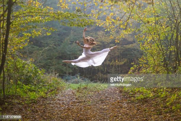 テキルダグ七面鳥の自然公園で運動ポーズをとるバレリーナバレエの女の子 - テキルダー ストックフォトと画像