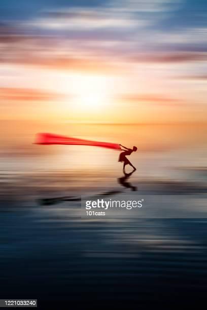 太陽が沈むにつれて湖で踊るバレリーナ。モーション ブラー - アナトリア ストックフォトと画像