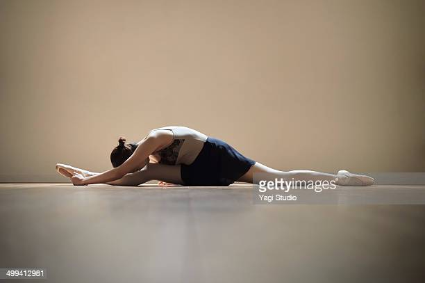 ballerina exercising in studio - doing the splits stock pictures, royalty-free photos & images