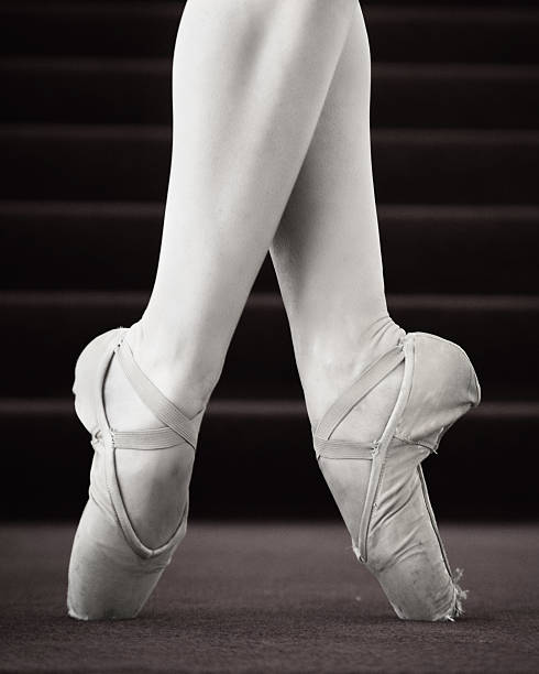 Ballerina in Point pose, low section