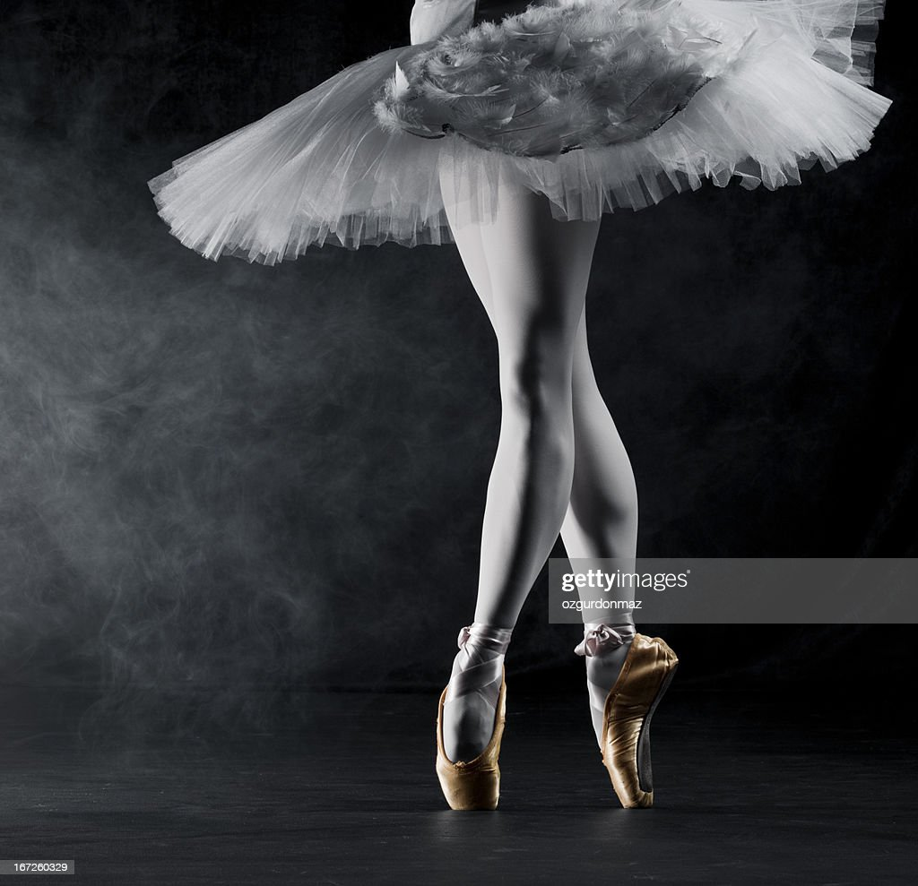 Ballerina en pointe on stage : Stock Photo