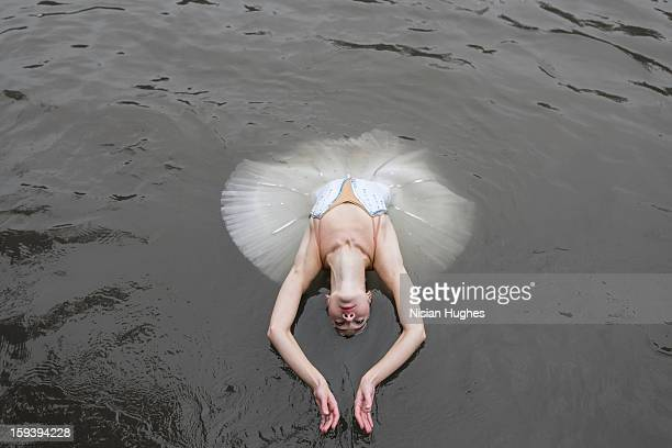 ballerina in tutu performing on water - het zwanenmeer ballet stockfoto's en -beelden