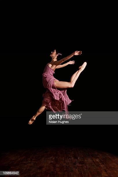 ballerina jumping - só uma mulher jovem imagens e fotografias de stock