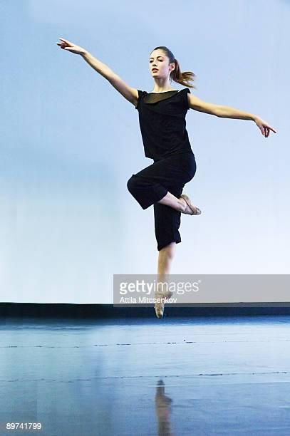 ballerina jumping - バレエ ストックフォトと画像