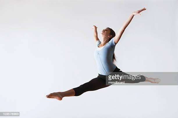 ballerina leaping in mid-air - split acrobatiek stockfoto's en -beelden