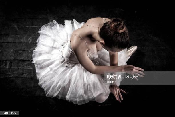 ballerina auf der bühne - schwarze schuhe stock-fotos und bilder