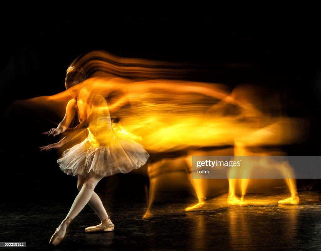 Ballerine sur scène avec des fantômes : Photo