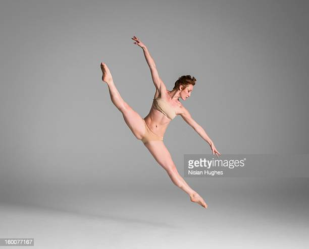 ballerina performing leap - split acrobatiek stockfoto's en -beelden