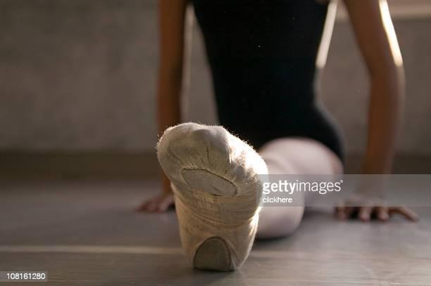 ballerina zeigt fuß während stretch - schwarze schuhe stock-fotos und bilder
