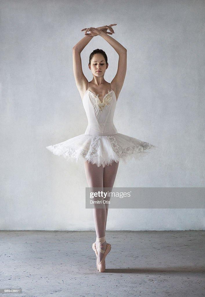 Ballerina posing in tutu on points : Stock Photo