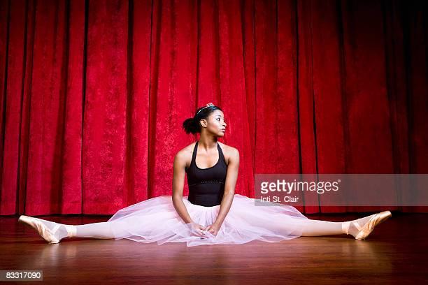 ballerina sitting in splits on stage - 足を開く ストックフォトと画像