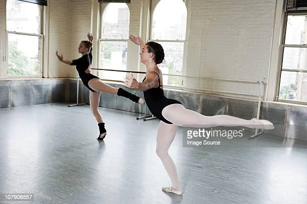 ballerinas dancing in studio - gympak stockfoto's en -beelden