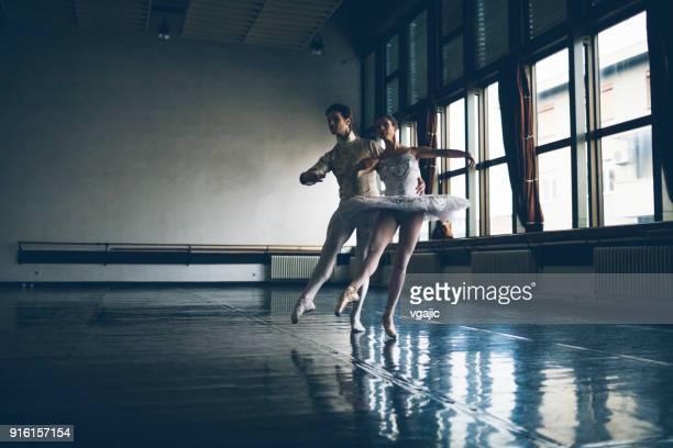 ballerinas-leben - ballettstudio stock-fotos und bilder