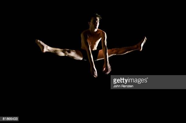 ballet and contemporary dancers - split acrobatiek stockfoto's en -beelden