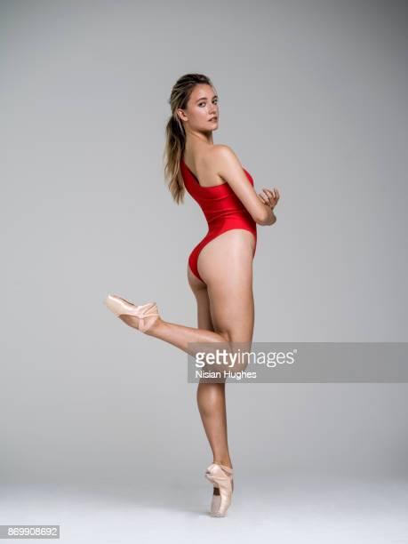 ballet dancer dancing in studio - só uma mulher jovem imagens e fotografias de stock