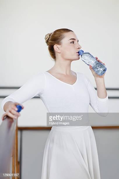 Danseur de Ballet de l'eau potable dans le studio