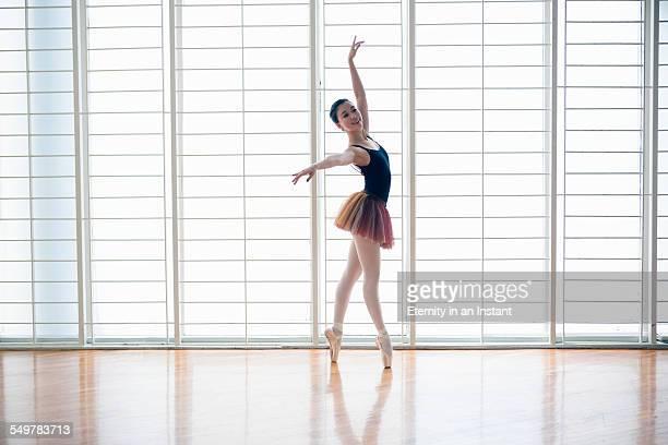 ballet dancer en pointe in studio - ballettstudio stock-fotos und bilder