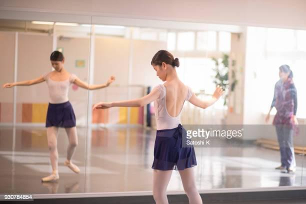 ballett-tänzerin in der praxis - ballettstudio stock-fotos und bilder