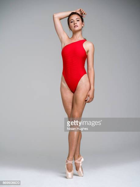 ballet dancer on pointe looking at camera - ballet dancer stock pictures, royalty-free photos & images