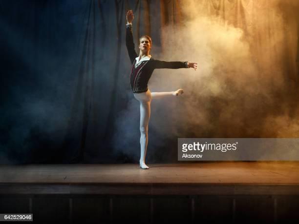 Balettdansare utför på scenen i theate
