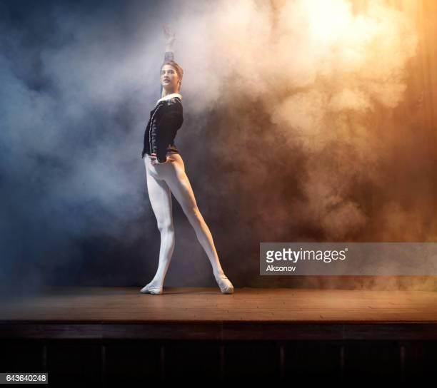 Ballett-Tänzerin auf der Bühne im Theater