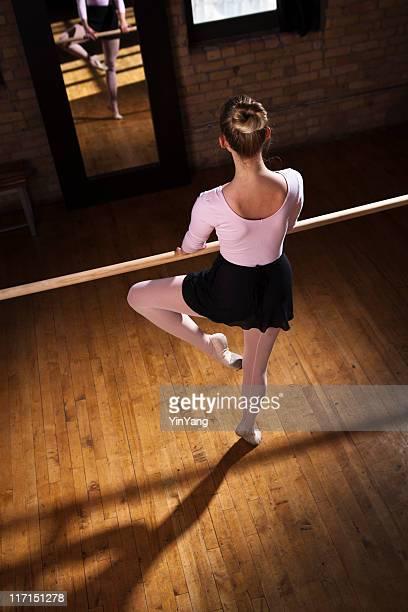 Ballett-Tänzerin üben mit Barre und Spiegel im Tanzstudio