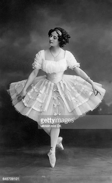 *12021881 Ballet dancer Russia Portrait in the tutu Vintage property of ullstein bild