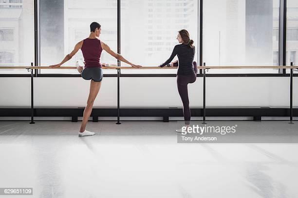 ballet dancers in rehearsal studio - junge in unterhose stock-fotos und bilder