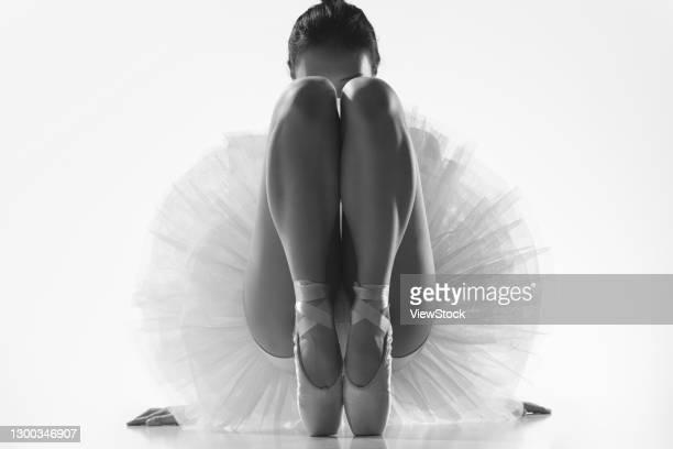 ballet dancer's legs - miembro parte del cuerpo fotografías e imágenes de stock