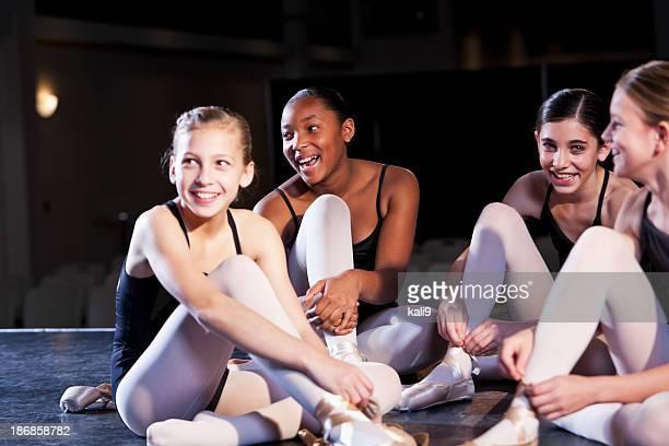 Bailarines de Ballet putting en pantuflas