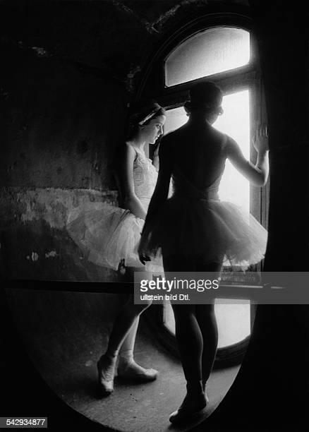Ballet girls in tutus standing in a tower 1934 Photographer Alfred Eisenstaedt Published by 'Uhu' 8/1934 Vintage property of ullstein bild