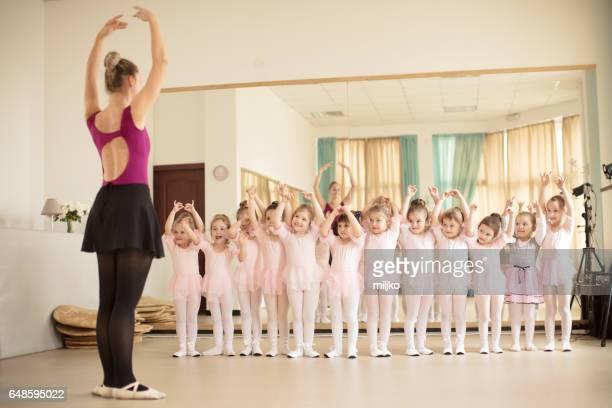 ballett-schule-klasse - ballettstudio stock-fotos und bilder
