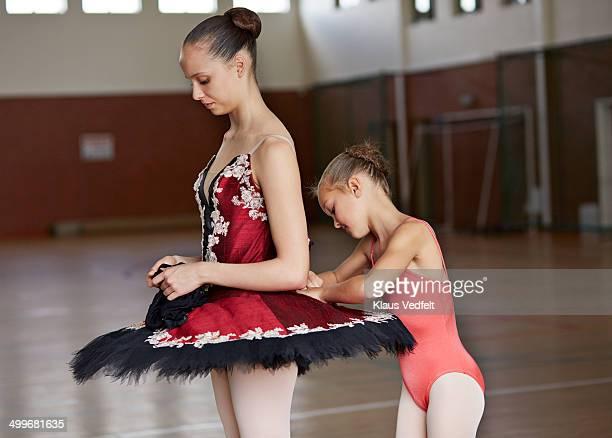 Balletgirl help binding tricot on training partner