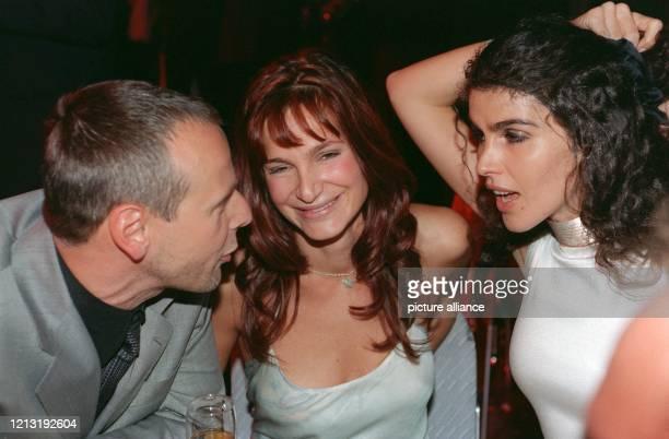 """Janine White , die Frau von Musikproduzent Jack White, im angeregten Gespräch mit Sat.1-Chef Fred Kogel beim """"Ball des Sports"""" am 6.2.1999 in..."""
