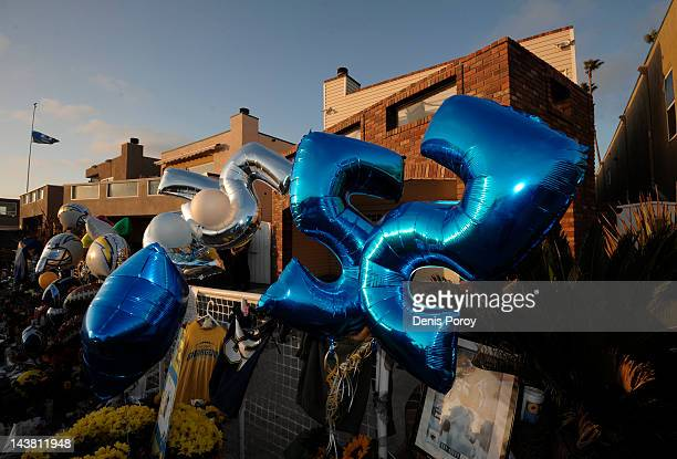 Ballloons with San Diego Chargers Junior Seau's float above a memorial set up in the driveway of former NFL star Junior Seau's house May 3 2012 in...
