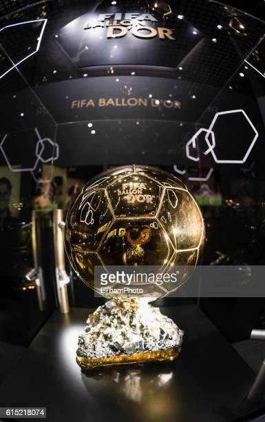 ballon d'or exhibition at zurich fifa world football museum - ballon dor photos et images de collection