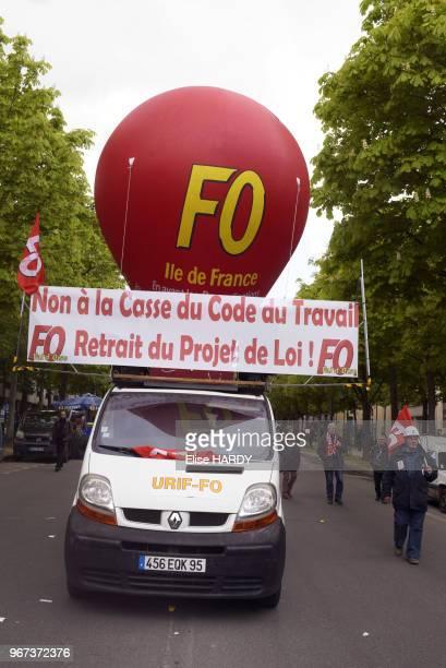 Ballon FO et banderole 'non à la casse du code du travail' au dessus d'une voiture lors de la manifestation contre la loi travail dite 'loi El...