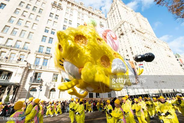 Balloon handlers fight the strong wind and struggle to keep Nickelodeon's SpongeBob SquarePants and Gary balloon low but safe as he makes his way...