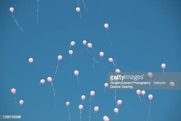 balloon release for cancer - soltar imagens e fotografias de stock